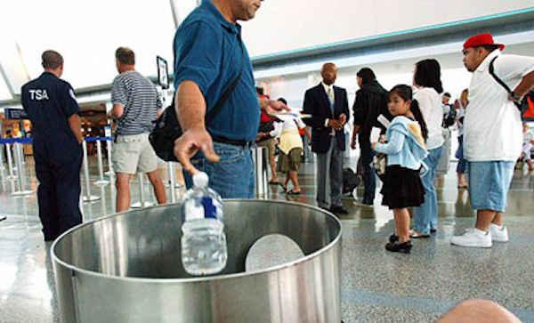 Gardez une bouteille en plastique vide dans votre valise pour la remplir après la sécurité