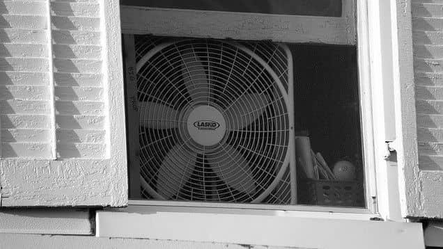 placez votre ventilateur de façon à ce qu'il souffle à l'extérieur