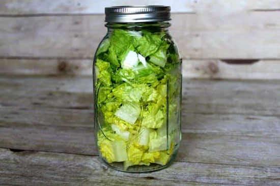 de la salade verte est coupée et lavée puis mise dans un bocal