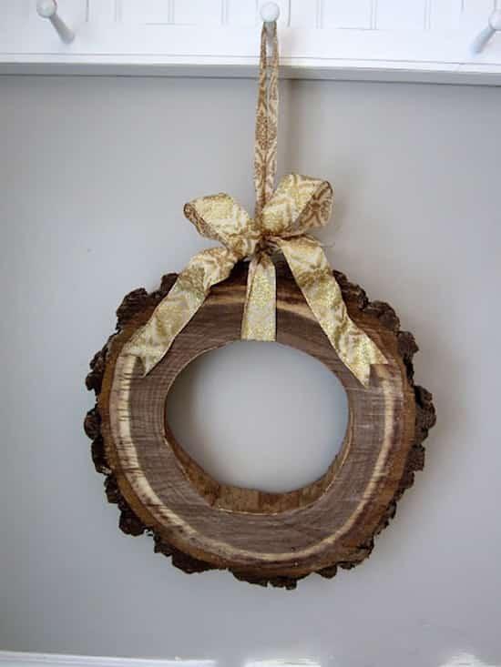 couronne de Noël faite dans un morceau de bois