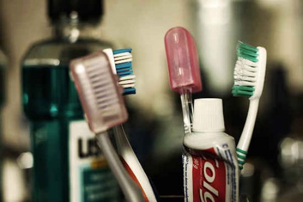 Problèmes des dentifrices classiques : comment prévenir les caries