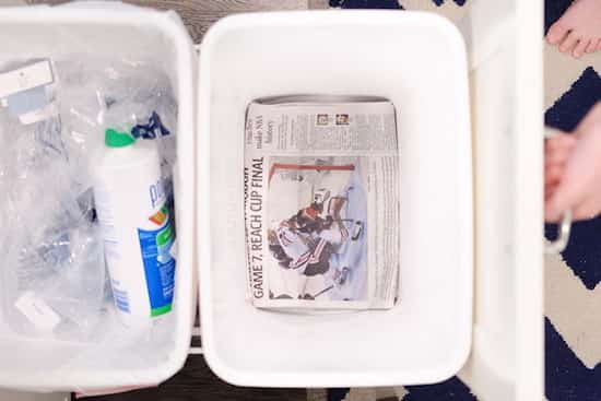 papier journal au fond de poubelle