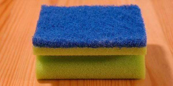 Comment désinfecter une éponge avec de l'eau oxygénée ?