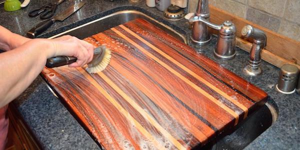 Comment faire pour désinfecter une planche à découper avec de l'eau oxygénée ?