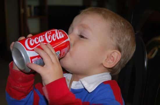 Enfant qui boit une canette de coca