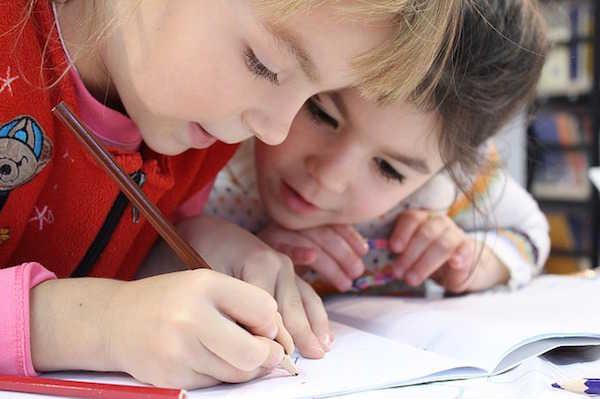 Enfants en train de dessiner