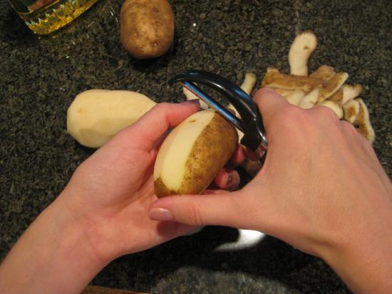 éplucher des pommes de terre et récupérer les épluchures pour faire des chips