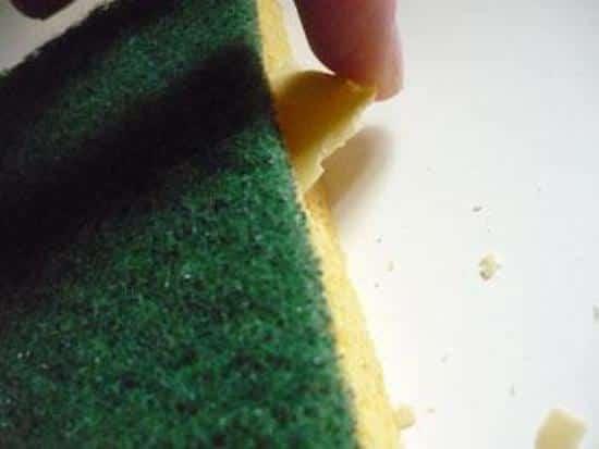 éponge lavante avec restes de savons