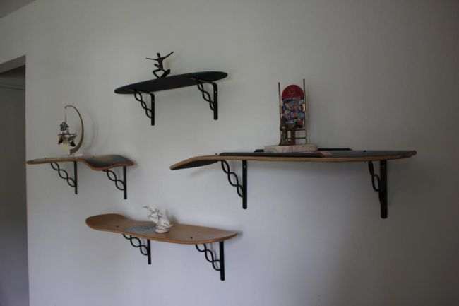qui osera recycler son skateboard en tag re murale. Black Bedroom Furniture Sets. Home Design Ideas
