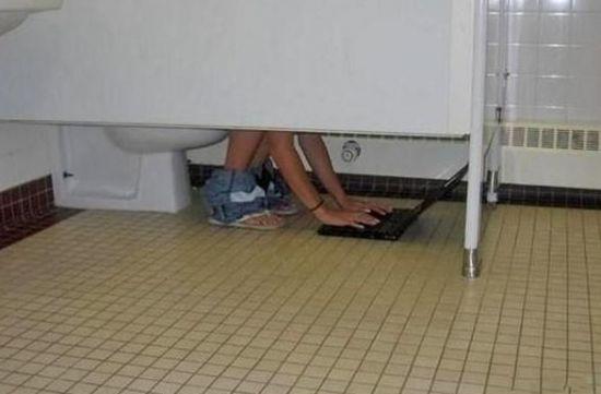 Multitache dans les toilettes