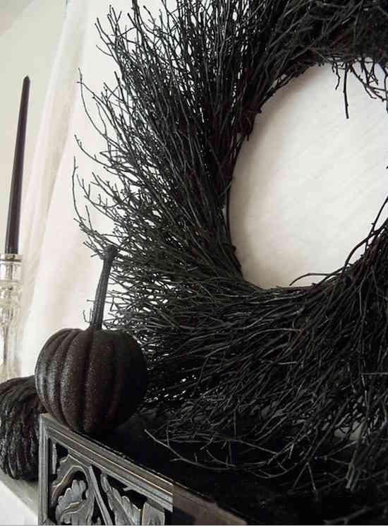 une couronne faite avec des brindilles noires pour Halloween