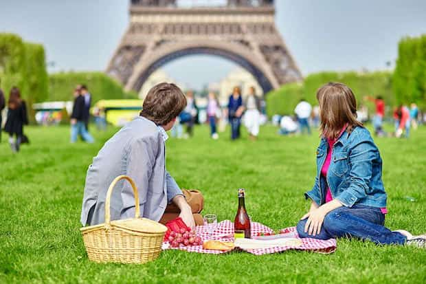 Faire un pique-nique au champs de mars à paris