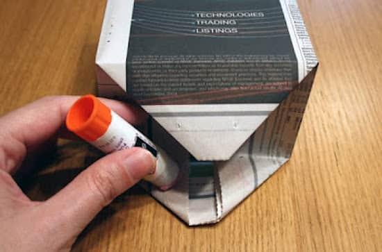 Collez les deux triangles pour que le fond de votre sac cadeau DIY soit bien solide.