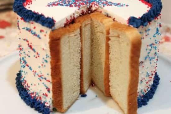 des tranches de pain de mie sont mises sur le gâteau coupé