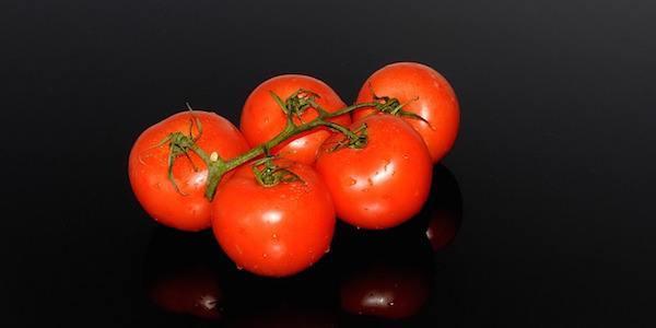Découvrez le gargarisme au jus de tomate pour soigner vos maux de gorge.