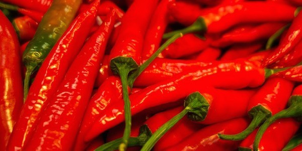 Découvrez le gargarisme à la sauce piquante pour soigner vos maux de gorge.