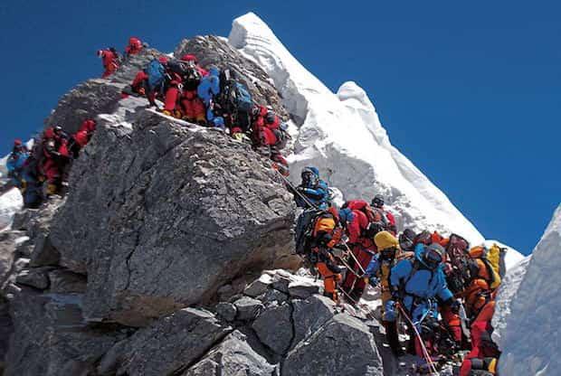 Plein de monde qui grimpe le mont Everest