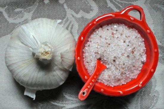 recouvrez les cornichons avec du gros sel