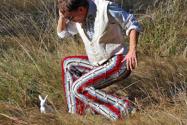 Homme qui porte un pantalon en crochets avec un lapin