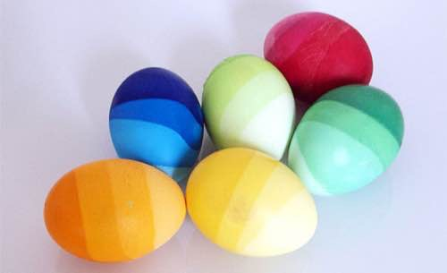 dégradés de couleurs sur les oeufs de paques