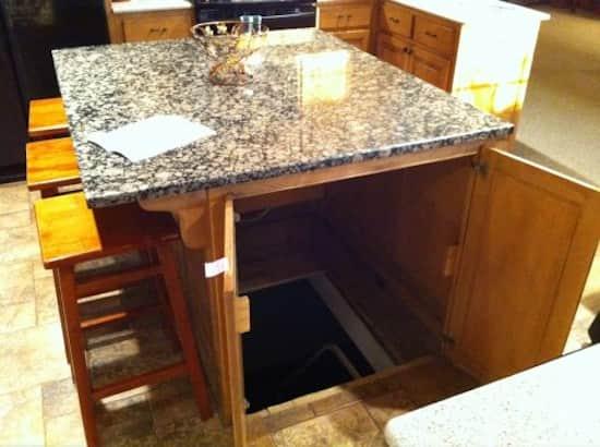 Comment faire un îlot de cuisine qui cache une porte de cave au sol ?