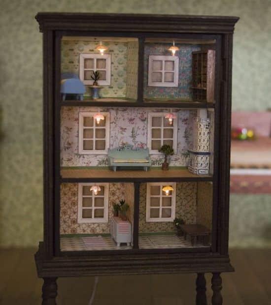 Projet déco : transformez une vieille bibliothèque en maison de poupée
