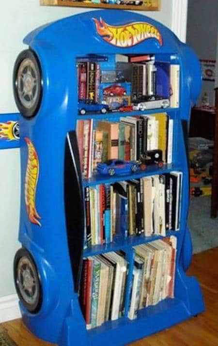 Projet déco : transformez un lit en forme de voiture de formule 1 en bibliothèque