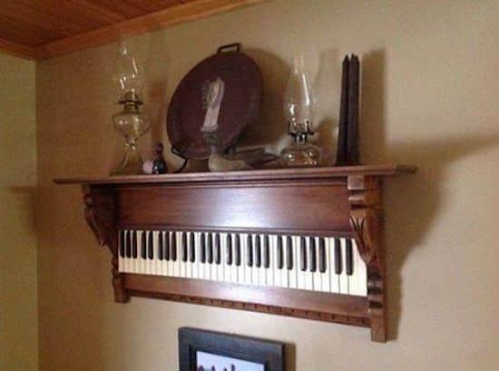 Projet déco : transformez un vieux clavier de piano en tablette suspendue