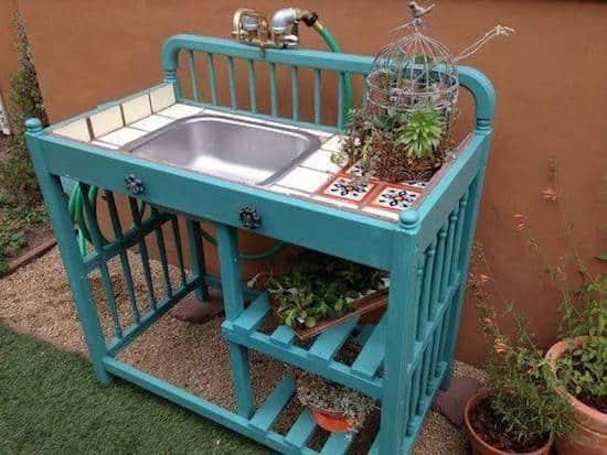 Projet déco : transformez une vieille table à langer en table de jardinage