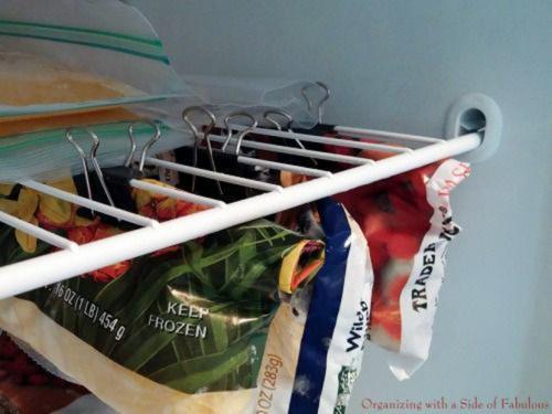 utilisez les pinces pour accrocher les sacs de rangement