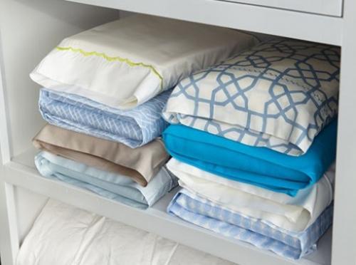 utilisez les taies d'oreiller pour ranger les housses de couettes