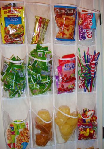 rangez les snacks dans un porte chaussure transparent