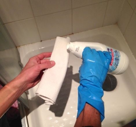 l'astuce qui marche pour enlever la moisissure des joints de ... - Changer Joint Salle De Bain Moisi