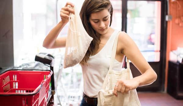 Lauren Singer au supermarché sans sac en plastique