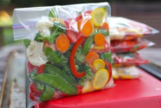 des légumes cuits sont congelés dans des sacs plastiques