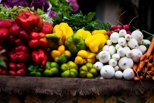 Etalage de légumes frais au marché
