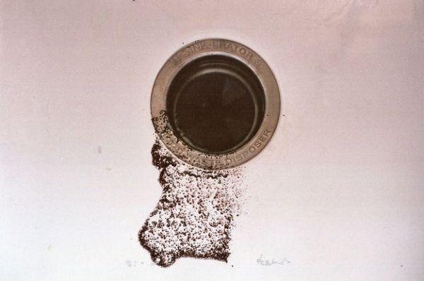 1 cuillère de marc de café dans l'évier