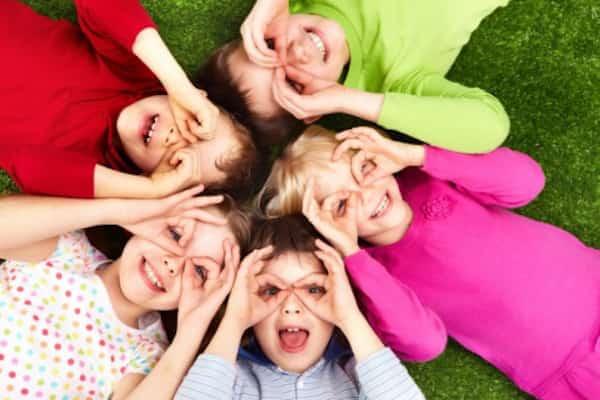 groupe d'enfants qui font un masque avec leurs doigts sur leurs yeux