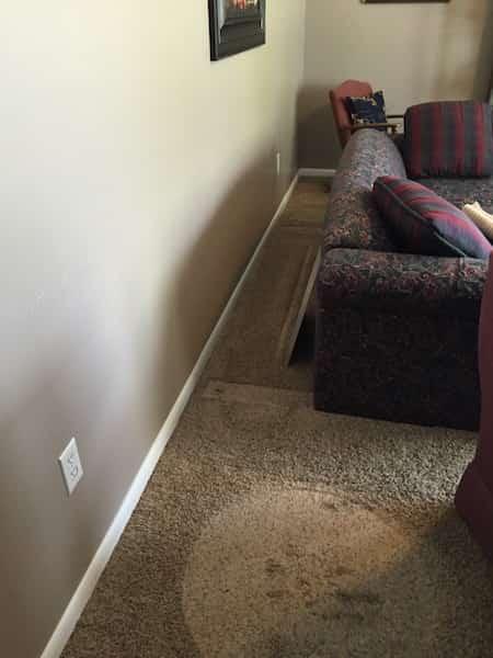 Des meubles déplacés vers le centre de la pièce pour mieux nettoyer les murs.