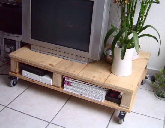 Une vieille palette peut facilement se transformer en meuble télé