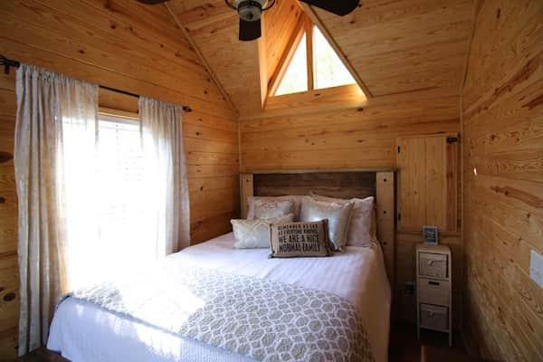 Voici la chambre du rez-de-chaussée des habitations roulantes Rustic River Park Home.