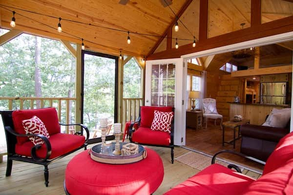 Voici le patio avec moustiquaires et mobiliers extérieurs de l'habitation roulante.