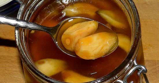 Ail et miel dans une cuillère