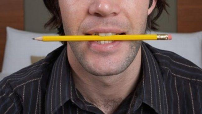 Mordez un crayon pour enlever un maux de tete