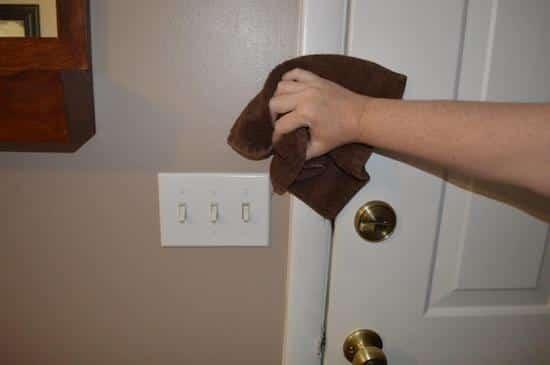 Nettoyage des interrupteurs des murs avec des chiffons micro-fibres.