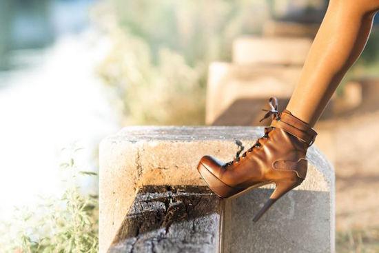 paire de chaussures en cuir à talons hauts propres
