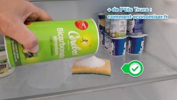 une éponge et du bicarbonate pour désodoriser le frigo