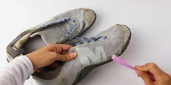 Nettoyer les chaussures sales avec une brosse à dents