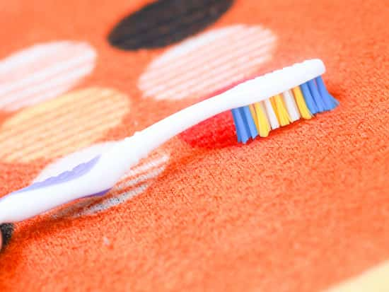 26 nouvelles fa ons d 39 utiliser votre vieille brosse dents. Black Bedroom Furniture Sets. Home Design Ideas