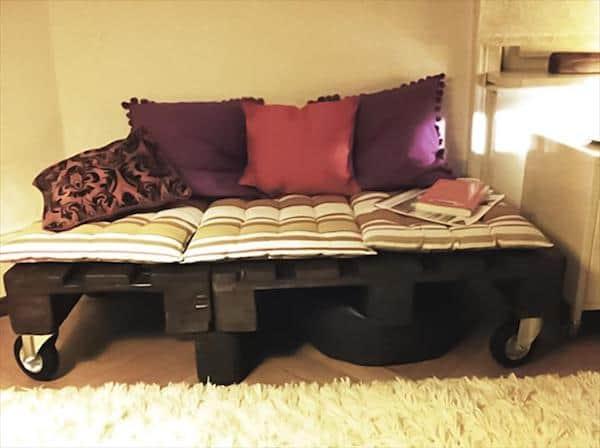 Palettes en bois transformées en lit sur roulettes